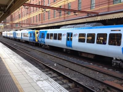 通勤電車のあるプラットホームの風景 @ フリンダース駅