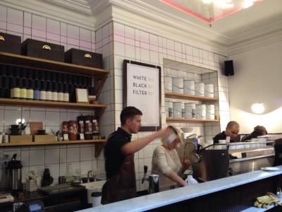 座って飲める立ち飲みカフェは裏口入店しかないコダワリのお店だった@Patricia