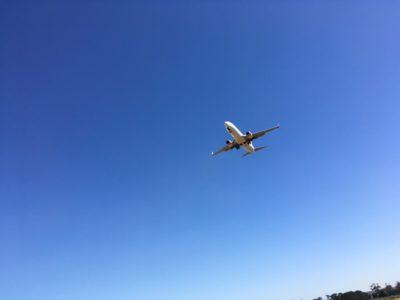 飛行機が頭のすぐ上を飛んで行く!飛行機ウォッチングができるメルボルンのパーキングエリア