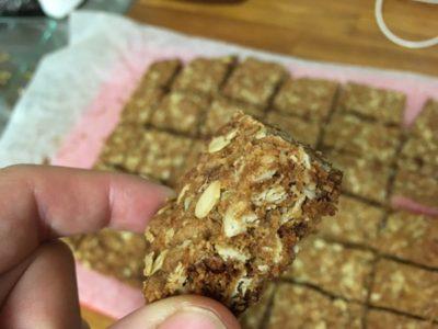 黒砂糖とショウガの風味が効いたアンザック・スライスはいかが? カンタンに作れるレシピを紹介します!